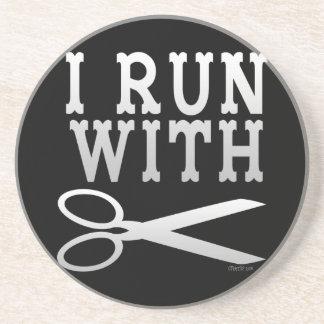 Corra con las tijeras posavasos de arenisca