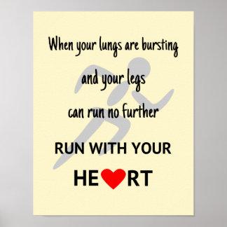 Corra con su corazón inspirado póster