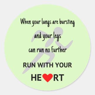 Corra con su motivación del corazón pegatina redonda