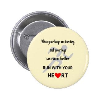 Corra con su motivación del corazón pin redondo de 2 pulgadas