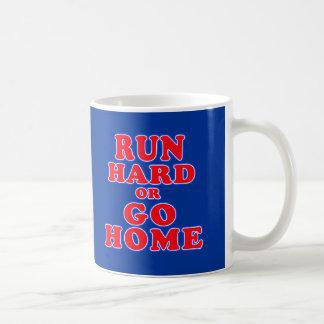 Corra difícilmente o vaya a casa las camisetas, taza clásica