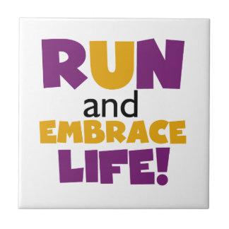 Corra el amarillo púrpura de la vida del abrazo azulejo cuadrado pequeño