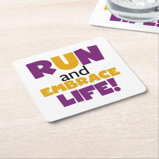 Corra el amarillo púrpura de la vida del abrazo posavasos de cartón cuadrado