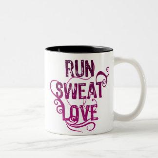 Corra el amor del sudor taza de dos tonos
