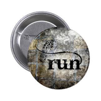 Corra el Grunge de w Shoe por la joyería y los dis Pins
