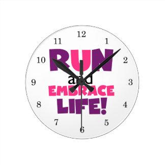 Corra el rosa púrpura de la vida del abrazo reloj redondo mediano