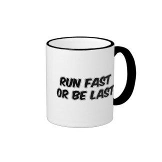 Corra rápidamente o sea pasado taza a dos colores