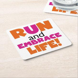 Corra y abrace el rosa del naranja de la vida posavasos de cartón cuadrado