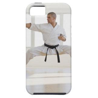 Correa negra del karate masculino hispánico en iPhone 5 carcasas