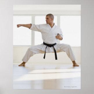 Correa negra del karate masculino hispánico en luc posters