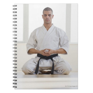 Correa negra del karate masculino hispánico libretas espirales