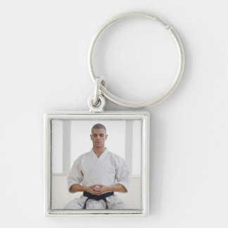Correa negra del karate masculino hispánico medita llaveros personalizados