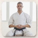 Correa negra del karate masculino hispánico posavasos de bebidas
