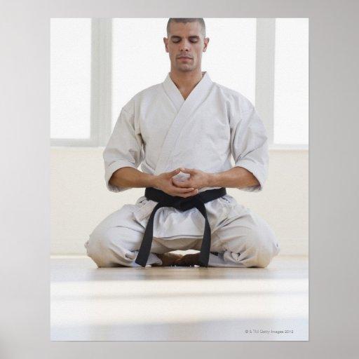 Correa negra del karate masculino hispánico póster