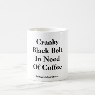 Correa negra irritable necesitando el café taza de café