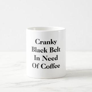 Correa negra irritable necesitando el café taza básica blanca