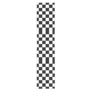 Corredor blanco y negro a cuadros de la tabla camino de mesa corto