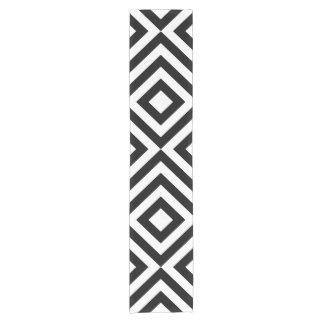 Corredor blanco y negro de la tabla de los galones camino de mesa corto