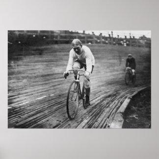 Corredor de la bicicleta en la raza de seis días d póster