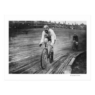 Corredor de la bicicleta en la raza de seis días tarjeta postal
