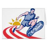 corredor de maratón que activa en el camino con el tarjeta