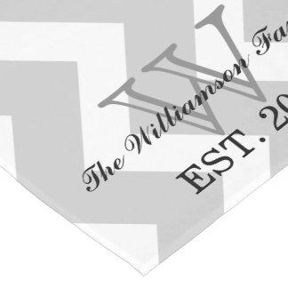 Corredor gris moderno de la tabla del monograma de camino de mesa largo