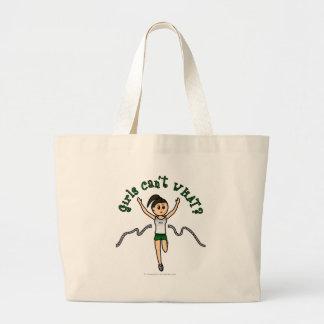 Corredor ligero del chica en uniforme del verde bolsa tela grande