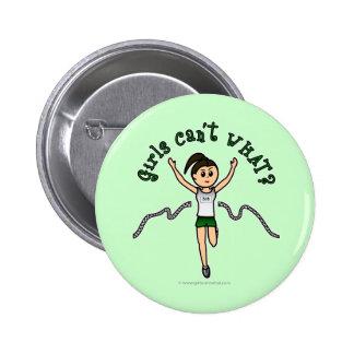 Corredor ligero del chica en uniforme del verde pin redondo de 2 pulgadas
