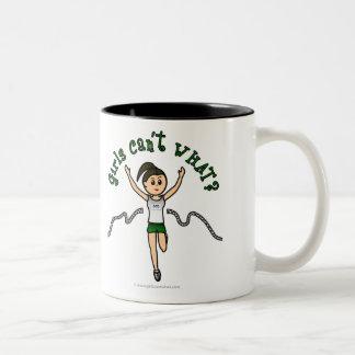 Corredor ligero del chica en uniforme del verde taza