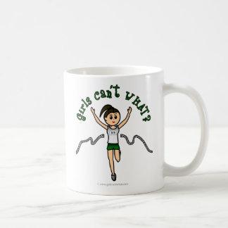 Corredor ligero del chica en uniforme del verde tazas