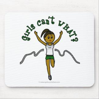 Corredor oscuro del chica en uniforme del verde tapetes de ratones