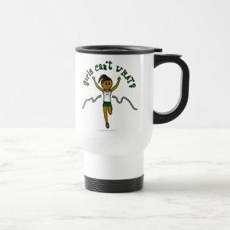 Corredor oscuro del chica en uniforme del verde tazas de café