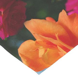 Corredor vibrante de la tabla de los rosas camino de mesa corto