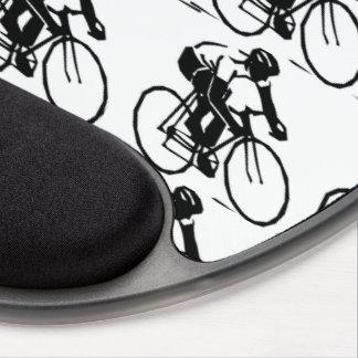 Corredores de la bici en el modelo blanco de la alfombrilla gel