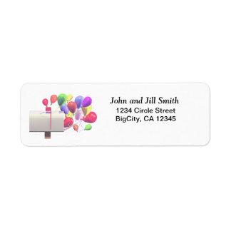 Correo del globo del cumpleaños etiqueta de remitente