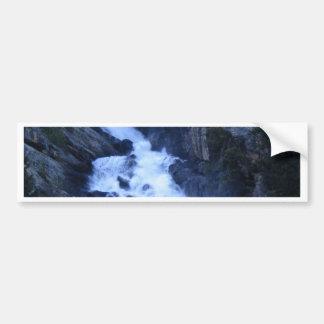Corriente de la montaña etiqueta de parachoque