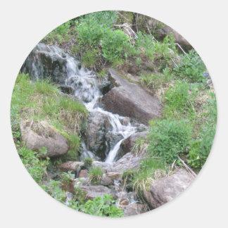 Corriente de la montaña de la serenidad pegatina redonda