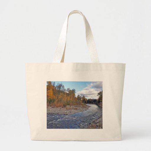 Corriente de la montaña en bosque del otoño bolsa tela grande