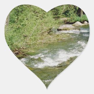 Corriente de la montaña pegatina en forma de corazón