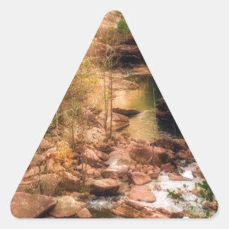 Corriente de la montaña pegatina triangular