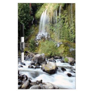 Corriente de las caídas de Mossbrae de la cascada Pizarra Blanca