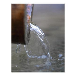 Corriente del agua en un pozo plantilla de membrete