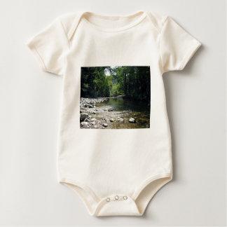 Corriente que atraviesa árboles trajes de bebé