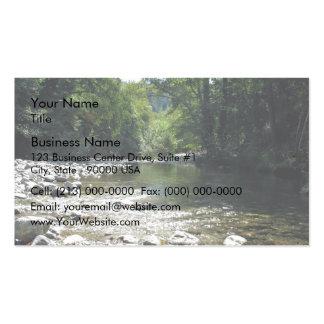 Corriente que atraviesa árboles tarjetas de visita