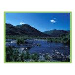 Corriente y montañas del Kodiak en verano Postales