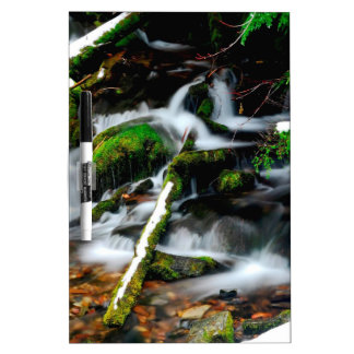 Corrientes de niebla del agua tablero blanco
