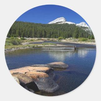 Corrientes de Yosemite de los prados de Tuolumne Pegatina Redonda