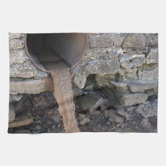 Corrientes sucias de una canalización oxidada toalla de mano