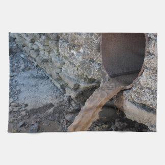 Corrientes sucias del tubos oxidados marrones toallas