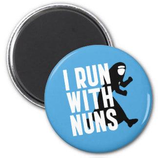 Corro con las monjas imán redondo 5 cm